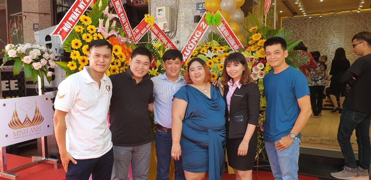 Công ty AD chụp ảnh với chị Thảo (đầm xanh) tại buổi khai trương